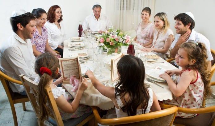 Jødisk familie samlet til påskemåltid. (Foto: Jorge Novominsky, Israels turistdepartement)