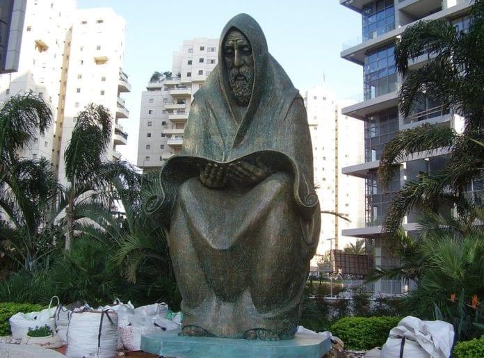 Denne skulpturen er satt opp i den israelske byen Ramat Gan til minne om jødene som ble drept i pogromene i Irak i 1941 og 1960-tallet. (Foto: Wikimedia Commons)