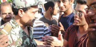 Egyptisk offiser og demonstranter på Tahrir-plassen. Foto: lilianwagdy, flickr.com