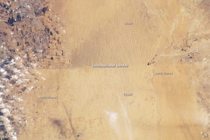 Luftfotoet viser grensen mellom Egypt og Israel.
