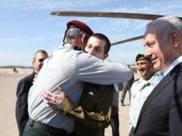 Gilad Shalit ble tatt imot av statsminister Benjamin Netanyahu og forsvarssjef Benny Gantz etter hjemkomst til Israel. (Foto: IDF)