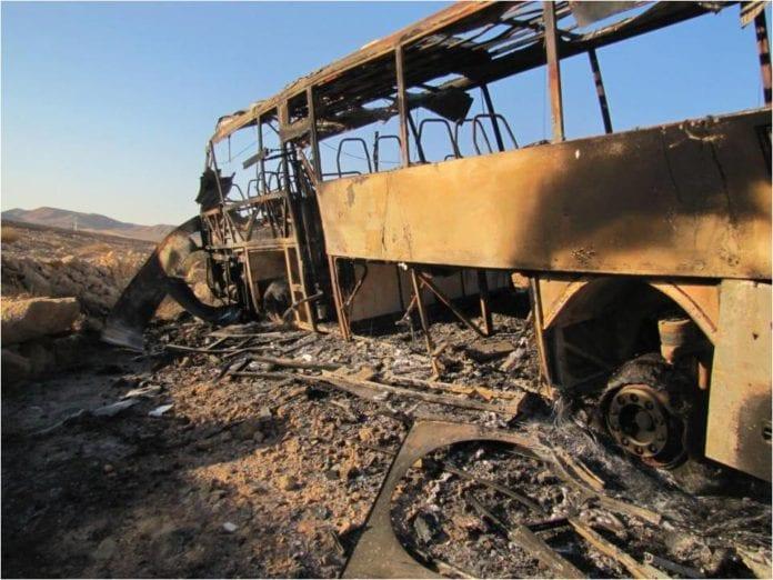 Slik så en buss ut etter å ha blitt rammet av palestinske terrorister fra Gaza-stripen, på vei mot Eilat 18. august 2011. Foto: IDF.