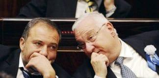 Avigdor Lieberman og Reuven Rivlin i samtale.