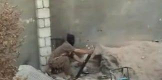 Terrorist avfyrer en granat.