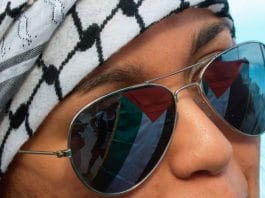 Det palestinske flagget speiler seg i solbrillene til en pro-palestinsk aktivist i Italia. (Illustrasjonsfoto: Marco Bernardini, flickr.com)
