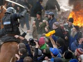 Bosettere konfronterer IDF-soldater i forbindelse med evakuering av utposten Amona i 2006. (Arkivfoto: GPO)