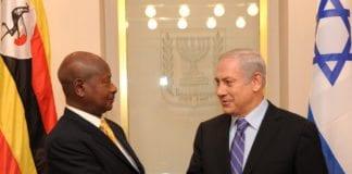 Statsminister Benjamin Netanyahu hilser på statslederen i Uganda. (Foto: Avi Ohayon, GPO)