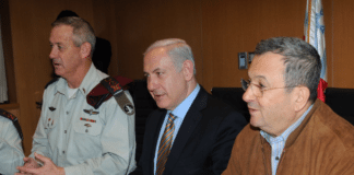 Forsvarsminister Ehud Barak (t.h.), statsminister Benjamin Netanyahu og forsvarssjef Benny Gantz.