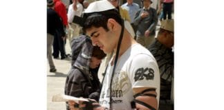 Ung jødisk gutt ber på plassen ved Vestmuren. (Foto: David Shankbone, flickr.com)