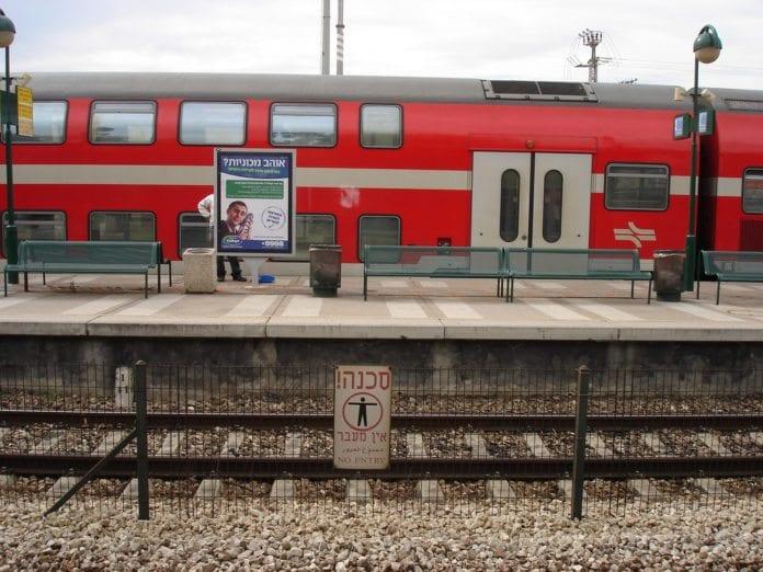 Et tog på Binyamina jernbanestasjon i Israel. (Foto: Rahel Jaskow, flickr.com)