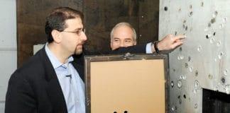 Daniel Shapiro (t.v), USAs ambassadør i Israel, er på besøk hos fabrikken Plasan. (Foto: Amerikansk UD)