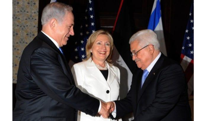 Benjamin Netanyahu og Mahmoud Abbas sammen med Hillary Clinton i september 2010. (Foto: Israelsk UD)