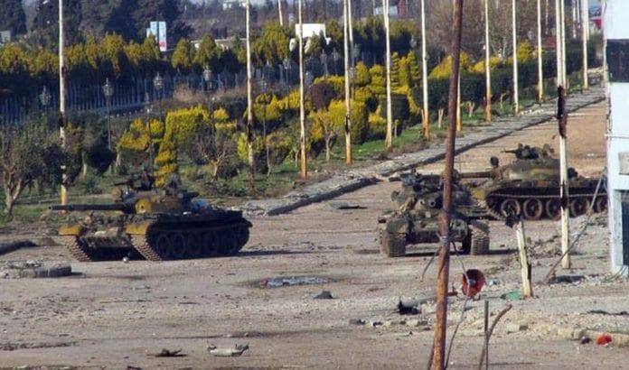 Syriske stridsvogner i byen Homs. (Foto: Freedom House, flickr.com)