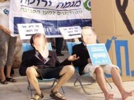 Bildet er fra en protestaksjon mot privatiseringen av det israelske jernbaneselskapet. De to demonstrantene har på seg ironiske masker, som representerer Tel Avivs ordfører Ron Huldai (f.v.) og transportminister Yisrael Katz. (Foto: Green House, flickr.com)