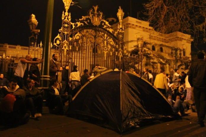 Et telt satt opp utenfor parlamentsbygningen i Kairo, under den egyptiske revolusjonen. (Foto: Omar Robert Hamilton)