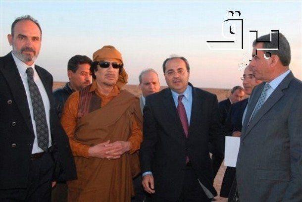 Knesset-medlem Ahmed Tibi sammen med daværende diktator i Libya, Moammar Gadhafi, i 2010. (Foto: AP Photo/Al-Arab, HO)