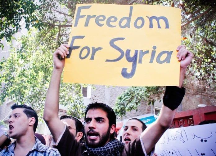 Demonstrantene i Syria har fått den tidligere viseoljeministeren med seg i kampen mot Assad-regimet. (Foto: Maggie Osama, flickr.com)
