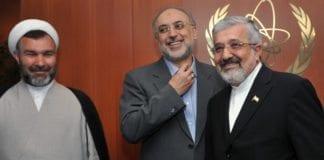 Irans IAEA-ambassadør Ali Asghar Soltanieh (i midten) mener FN må fordømme Israels trusler om preventive angrep mot landets atominstallasjoner. (Foto: Dean Calma, IAEA)