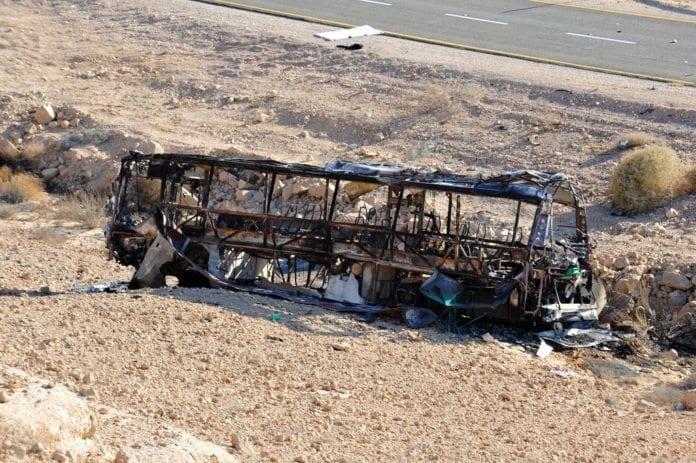 En utbrent buss etter terrorangrepet i Eilat-området i august 2011. (Foto: IDF)