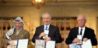 Nobels fredsprisvinnerne i 1994, under utdelingen i Oslo. Fra venstre: Avdøde PA-president Yasser Arafat, daværende israelsk utenriksminister Shimon Peres (nå president) og den avdøde israelske statsministeren Yitzhak Rabin. (Foto: Sa'ar Ya'acov, GPO)