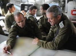 """Forsvarssjef Benny Gantz (t.v.) skryter av """"modenheten"""" og """"motet"""" til innbyggerne i Sør-Israel. (Foto: IDF)"""
