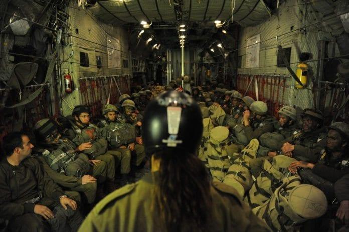 Israelske reservesoldater i fallskjermenheten inne på repetisjonsøvelse, får siste instruksjoner før de hopper. (Illustrasjon: IDF)