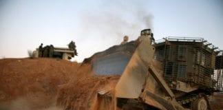 En IDF-maskin i arbeid mot grensen til Gaza-stripen.