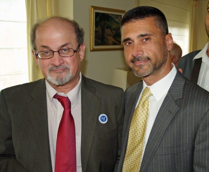 Diplomaten David Saranga (t.h.) sammen med forfatteren Salman Rushdie. (Foto: David Shankbone, Wikimedia Commons)