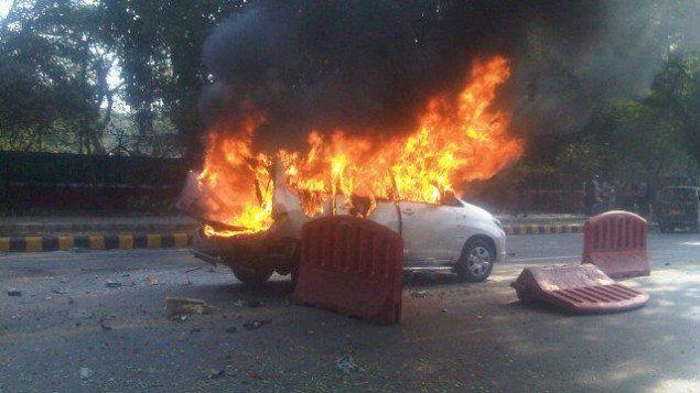 Bilen til den israelske ambassaden i New Dehli, rett etter at den ble utsatt for et terrorangrep i februar. (Foto: Joji Philip Thomas, via Twitter)