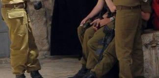 Noen soldatstøvler, og til høyre skotøy som kanskje ikke er helt etter uniformsreglementet i IDF? (Illustrasjonsfoto: James Emery, flickr.com)