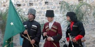 Kirkassiske menn i tradisjonelle drakter. (Foto: Wikipedia)