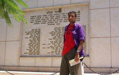 Kasim Hafeez på besøk i Israel. (Foto: Privat, fra ynetnews.com)