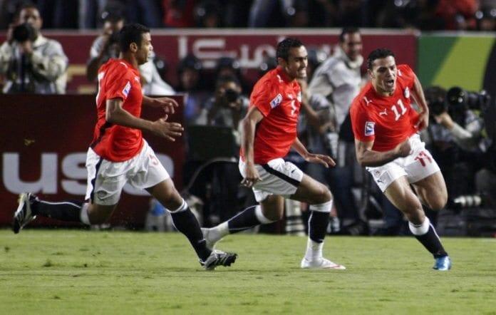 Egypts stjernespiller Amr Zaki (t.h.) har akkurat skåret et mål under Fotball-VM i Sør-Afrika 2010. Den gang var det Puma som var leverandør av draktene. (Foto: Amr Abdallah Dalsh, Reuters)