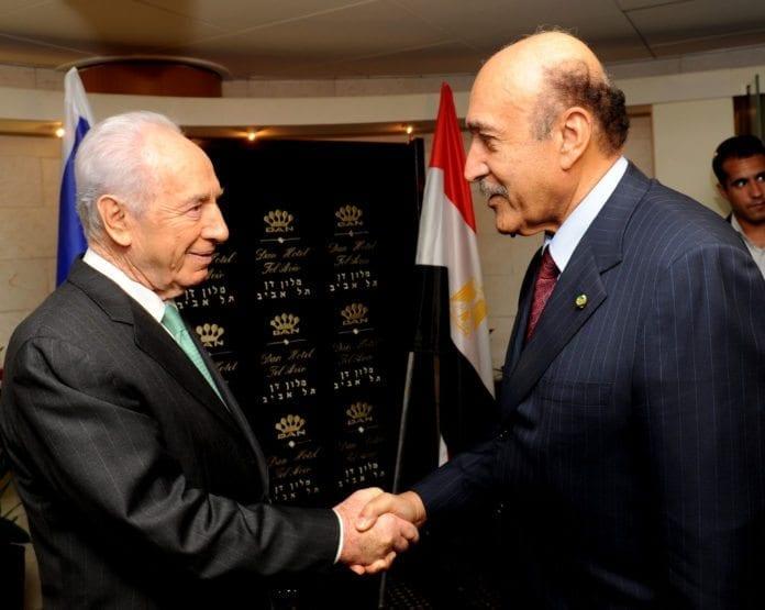 Israels president Shimon Peres (t.v.) møtte i 2010 den daværende egyptiske etterretningsministeren Omar Suleiman (t.h.). (Foto: Moshe Milner, GPO)