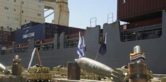 """Våpen funnet ombord i skipet """"Victoria"""" (bakgrunnen) som var på vei til Gaza-stripen i mars 2011. (Foto: IDF)"""