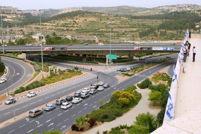 Bilene på motorveien har kjørt inn ved veikanten for å overholde den to minutters stillheten på Minnedagen for Holocaust. (Foto: Avital Pinnick)