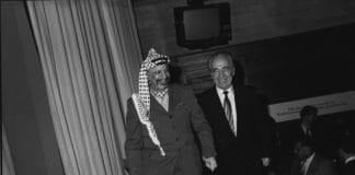 Yasser Arafat (f.v.) og Shimon Peres. (Foto: WEF)