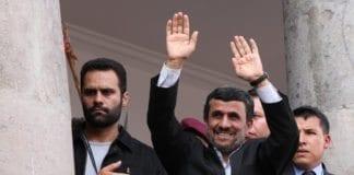 """Irans president Mahmoud Ahmadinejad (midten) sier dersom """"fienden"""" angriper Iran, kommer de til å angre. (Foto: flickr.com)"""