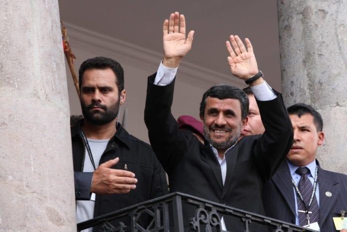 Irans president Mahmoud Ahmadinejad (midten) sier dersom