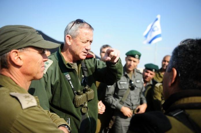 Forsvarssjef Benny Gantz (nr. to f.v.) advarer Israels fiender om at angrep mot israelske mål, vil bli møtt med motsvar. (Foto: IDF)