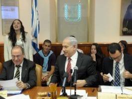 Det kan se ut til at et nyvalg i Israel kan finne sted i august eller september. Statsminister Benjamin Netanyahu (midten) har imidlertid grunn til å smile, siden Likud gjør det svært godt på meningsmålingene. (Foto: GPO)