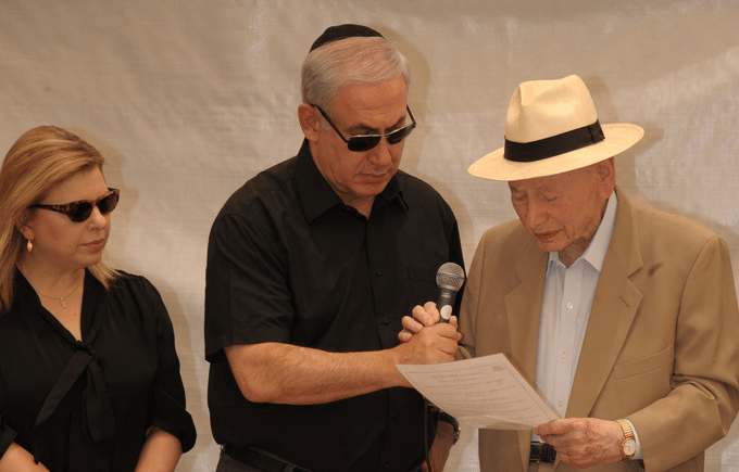 Statsminister Benjamin Netanyahu (midten) sammen med sin kone Sara (t.v) og sin far Benzion (t.h.). (Foto: GPO)