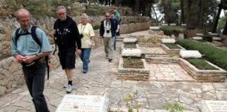 Norske turister på gravplass for falne israelske soldater i Jerusalem. (Illustrasjonsfoto: Conrad Myrland, MIFF)