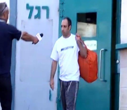 Hagai Amir ble møtt av familiemedlemmer, journalister og demonstranter da han ble løslatt fredag morgen. (Skjermdump fra video på ynetnews.com)