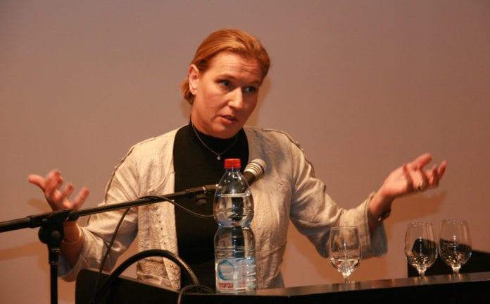Tzipi Livni kritiserte den sittende regjeringen under protestaksjonen i Tel Aviv. (Foto: Tzipi Livni)