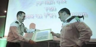 Den militære etterretningssjefen Aviv Kochavi (f.v.), her sammen med tidligere forsvarssjef Gabi Ashkenazi. (Foto: IDF)