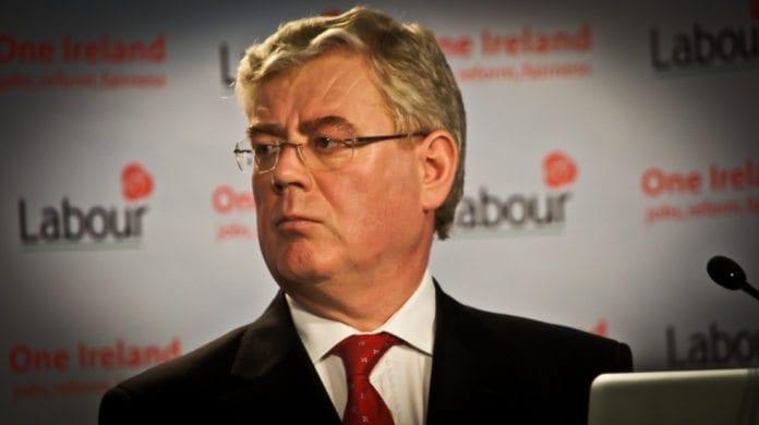 Irlands utenriksminister Eamon Gilmore er pådriver i den irske regjeringen for et nytt lovforslag i EU om å ulovliggjøre