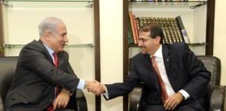 Israels statsminister Benjamin Netanyahu (t.v.) og USAs ambassadør i Tel Aviv Dan Shapiro. Begge kom med på listen over verdens mest innflytelsesrike jøder, på henholdsvis første og tolvte plass. (Foto: Den amerikanske ambassaden i Tel Aviv)