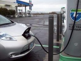 Et elektrisk kjøretøy ved en ladestasjon i Oregon, USA. (Foto: Staten Oregons transportdepartement)
