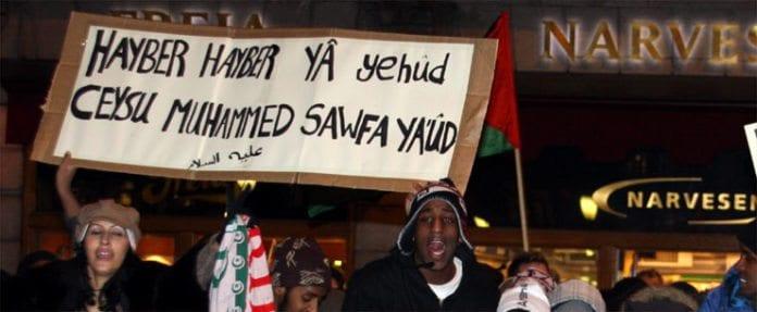 Da Israel-venner holdt en støttemarkering for Israel i Oslo 8. januar holdt noen av motdemonstrantene opp dette banneret. Teksten er en trussel om å gjenta Muhammeds massakre av de tre jødiske stammene i Hayber.